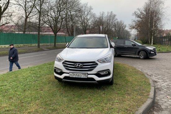 "Hyundai на газоне на ул. Герцена | Фото: читатель ""Клопс"""
