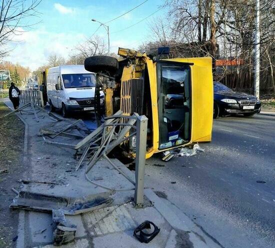 На ул. Суворова микроавтобус врезался в забор и перевернулся (фото) - Новости Калининграда | Фото: очевидец