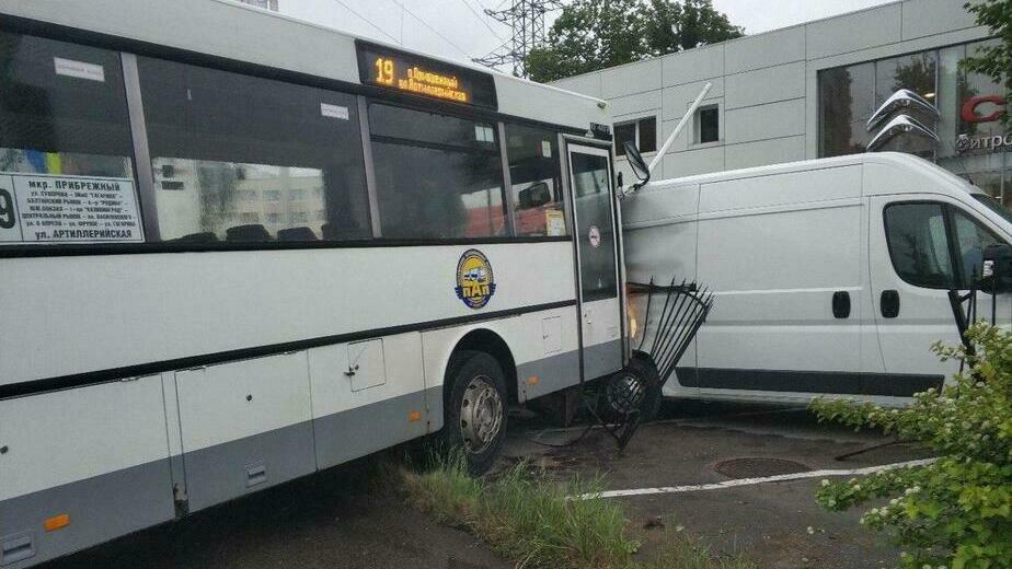 С водителя автобуса, протаранившего забор Citroen-центра  в Калининграде, взыскали более 400 тыс. рублей - Новости Калининграда | Фото: очевидец