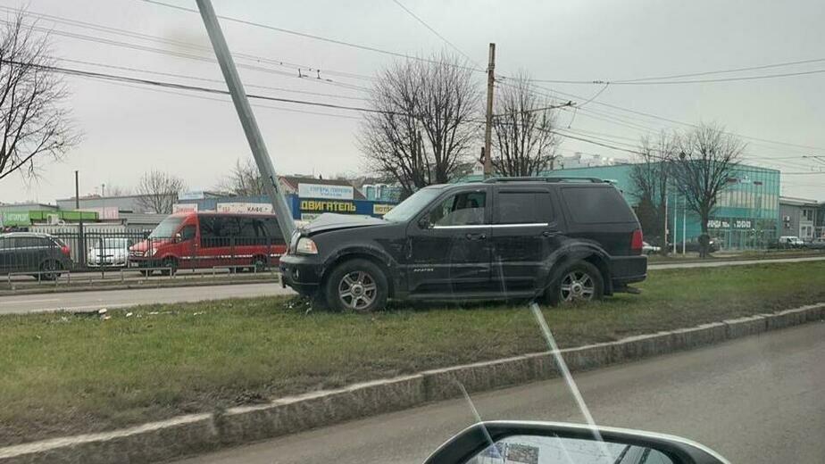 На Моспроспекте водитель внедорожника врезался в фонарный столб, бросил машину и скрылся (фото) - Новости Калининграда | Фото: очевидец