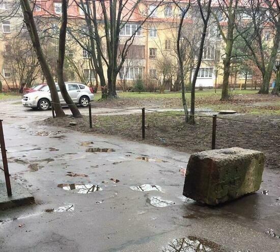 В Калининграде жители дома на ул. Карла Маркса закрыли камнем сквозной проезд через двор (фото) - Новости Калининграда | Фото: Константин Сериков