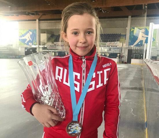 Восьмилетняя калининградка завоевала три медали на соревнованиях по шорт-треку в Италии - Новости Калининграда | Фото: пресс-служба регионального правительства