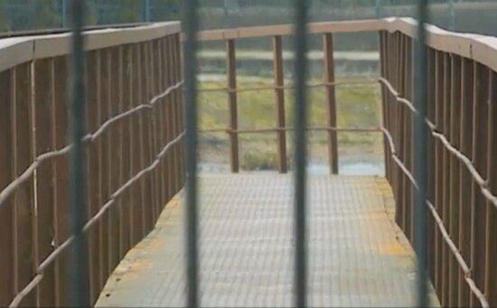 Под Гурьевском бизнесмен поставил забор, чтобы не пускать односельчан на мост через реку - Новости Калининграда   Кадр из видеосюжета на НТВ