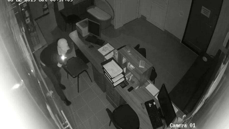 Калининградская фирма пообещала премию за помощь в поиске вора, который украл янтарь на 150 тыс. рублей   - Новости Калининграда | Стоп-кадр записи камеры видеонаблюдения