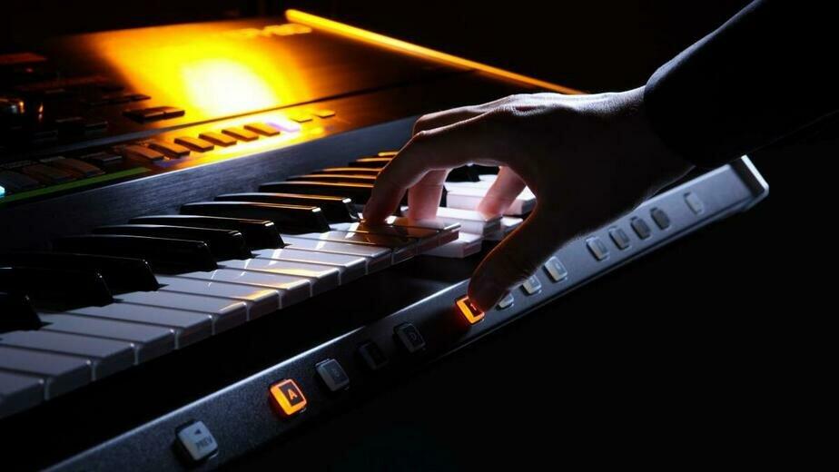 Укулеле, синтезатор и глюкофон: как провести карантин с пользой - Новости Калининграда