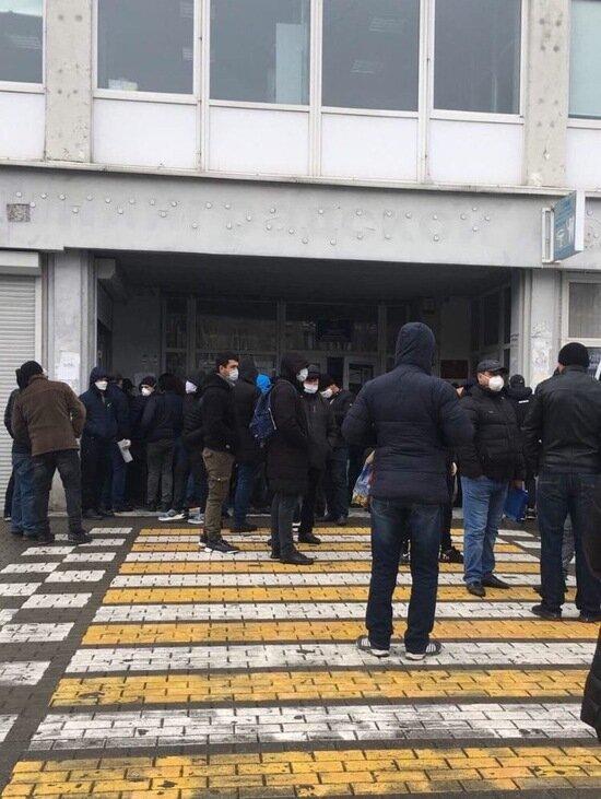 На ул. 9 Апреля столпились десятки мигрантов, получающих патент на работу (фото) - Новости Калининграда | Фото: очевидец