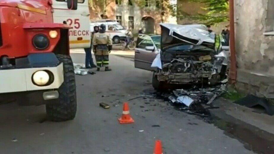 В Полесске водитель Mercedes врезался в стену дома, пострадали двое (видео)  - Новости Калининграда | Фото: пресс-служба УМВД по Калининградской области