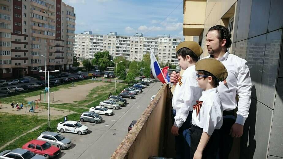 Калининградская семья устроила праздничный концерт на балконе многоэтажки (видео) - Новости Калининграда | Фото из личного архива семьи