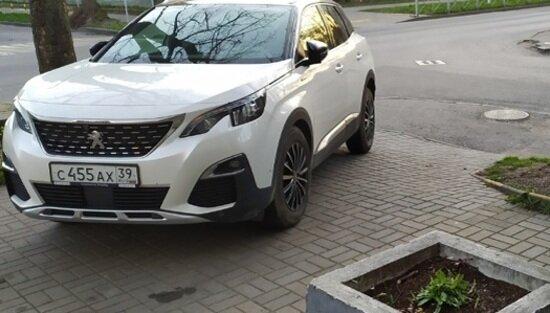 "Peugeot на тротуаре по ул. Некрасова | Фото: читатели ""Клопс"""