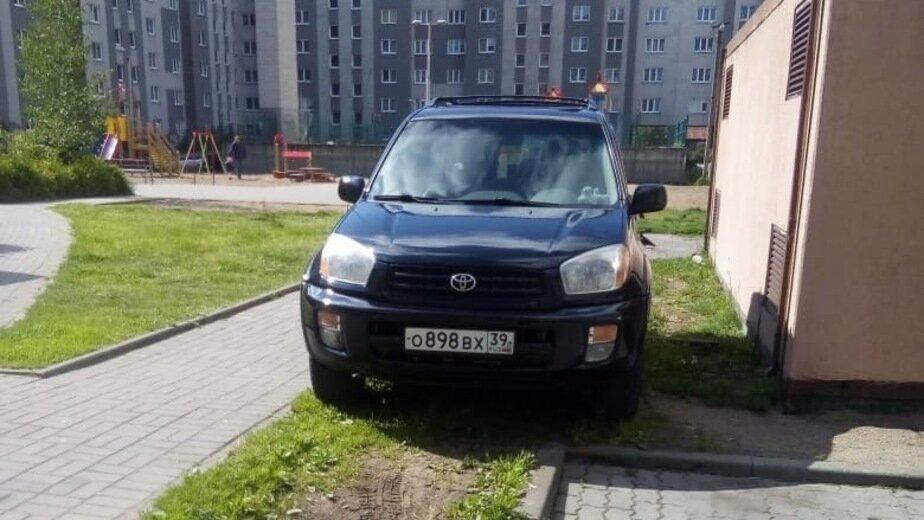 """На фото: Toyota на газоне во дворе по ул. Балашовской   Фото: читатель """"Клопс"""""""