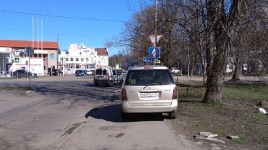 """На фото: легковой автомобиль перед перекрёстком ул. Менделеева — проспект Мира   Фото: читатель """"Клопс"""""""