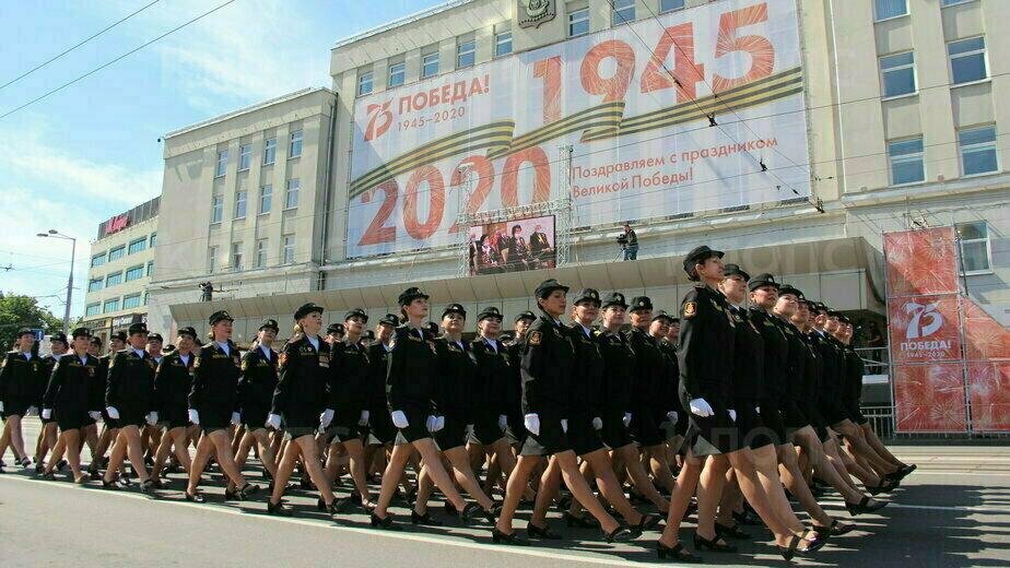 Командующий Балтфлотом поощрит участницу парада в Калининграде, потерявшую туфлю (видео) - Новости Калининграда | Фото очевидца