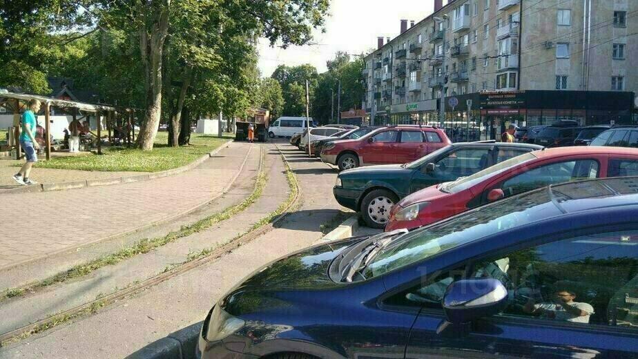 Парковка возле Центрального парка в 2020-м | Фото: Константин Сериков