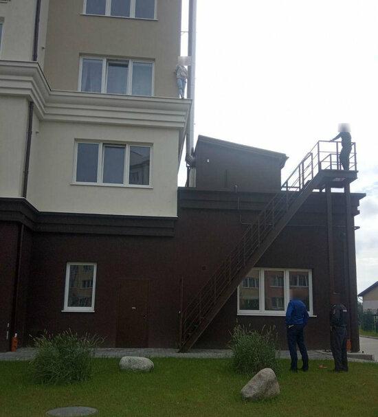 В Зеленоградске грозившая спрыгнуть с третьего этажа женщина поскользнулась и упала на спасателя - Новости Калининграда   Фото очевидца