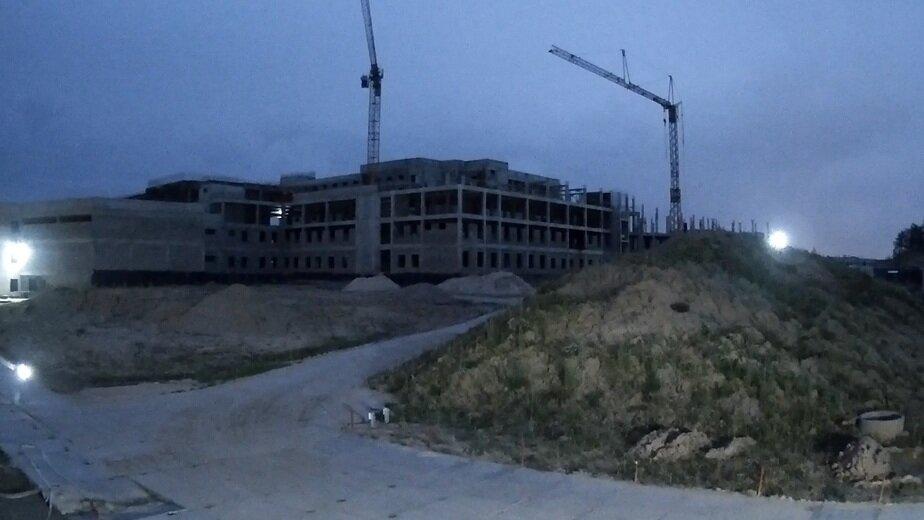 За строительством онкоцентра в Родниках теперь можно наблюдать онлайн круглосуточно   - Новости Калининграда | Кадр видеозаписи
