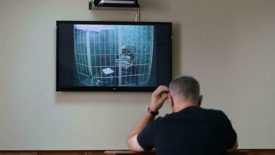 Фото из зала суда. Обвиняемый выступал по видеосвязи | Фото: Александр Матвеев
