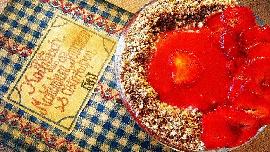 Кёнигсбергский клубничный десерт на фоне книги рецептов | Фото: Светлана Колбанёва