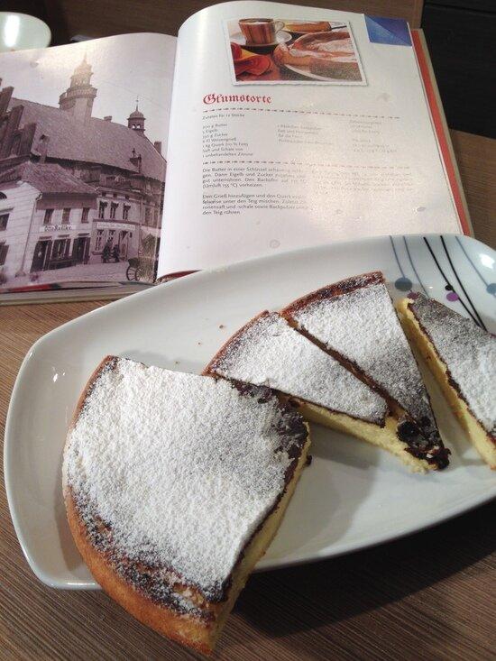 Кёнигсбергский творожный торт на фоне книги рецептов | Фото: Светлана Колбанёва