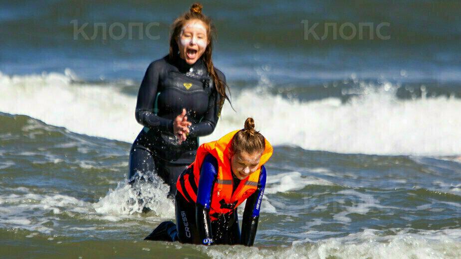В Зеленоградске для детей-инвалидов провели занятия по сёрфингу (фото) - Новости Калининграда | Фото: Александр Подгорчук