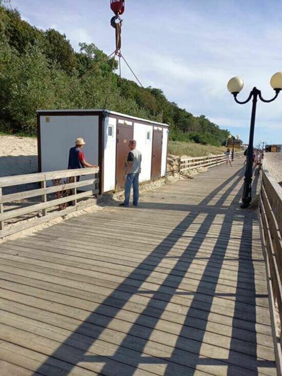 На пляже в Янтарном туалеты планируют сделать бесплатными и продлить время их работы   - Новости Калининграда | фото: Алексей Заливатский / Facebook