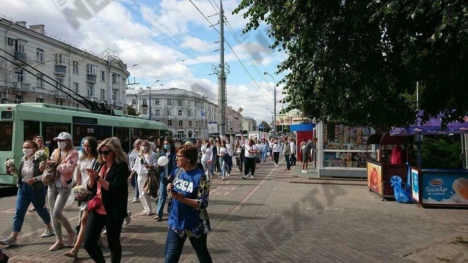 Цепи солидарности: в Белоруссии сотни женщин с цветами выходят на акцию протеста (фото) - Новости Калининграда   Фото: Телеграм-канал nexta_live