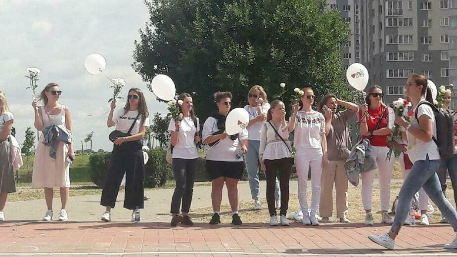 На фото: живая цепь в знак солидарности с участниками акций протеста | Фото: героиня публикации
