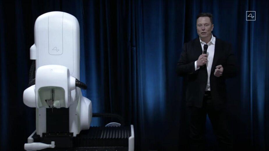 Илон Маск показал устройство для считывания данных о работе мозга - Новости Калининграда | Изображение: кадр из трансляции презентации / YouTube