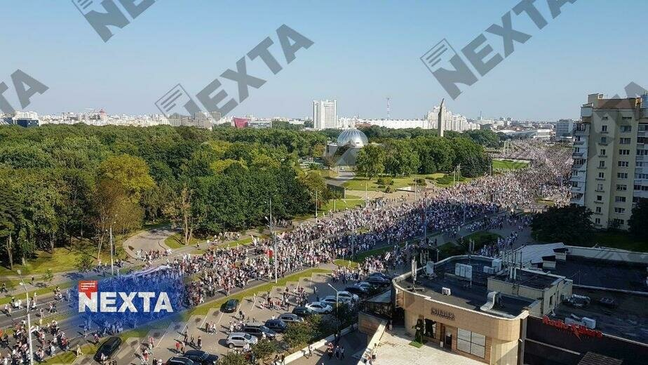 Перебои с интернетом, сотня задержанных и БТРы у резиденции Лукашенко: в Минске продолжаются протесты - Новости Калининграда   Фото: телеграм-канал NEXTA Live