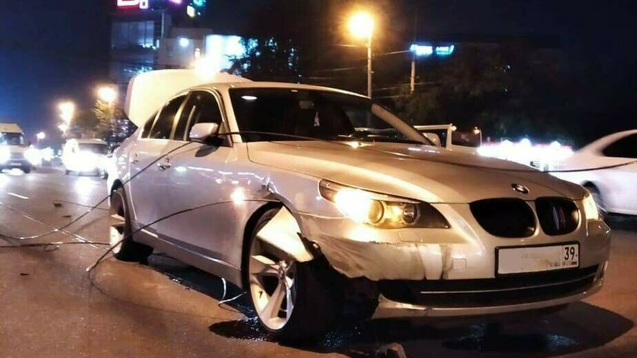 В центре Калининграда оборвавшиеся троллейбусные провода намотались на колёса и повредили BMW (фото) - Новости Калининграда | Фото: очевидец