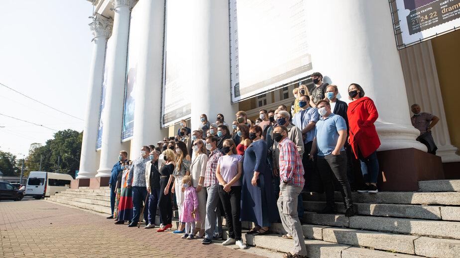 Традиционное фото труппы на ступенях Областного драмтеатра, в преддверии нового сезона   Фото: Александр Подгорчук
