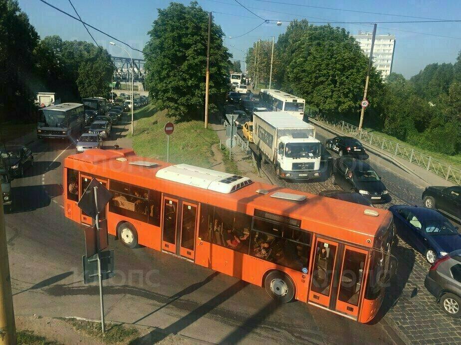 """Пробки растягиваются по самой Суворова и на прилегающих улицах   Фото: """"Клопс"""""""