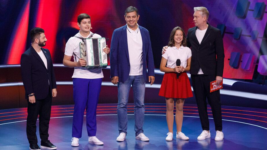 На фото: Валерий Лебедев с детьми и ведущие   Фото: пресс-служба СТС