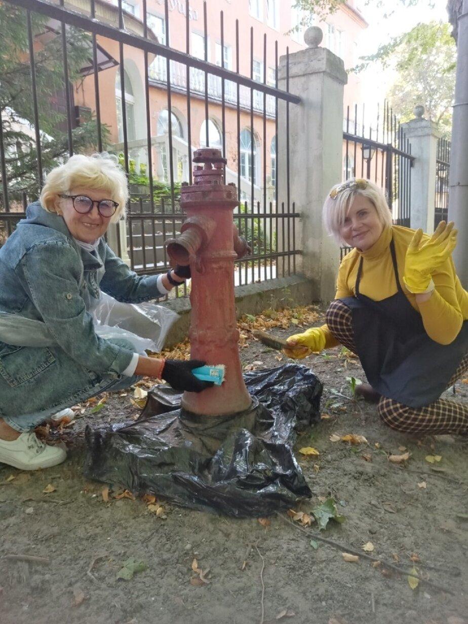 На фото: Инга со знакомой приводят в порядок гидрант в Зеленоградске   Фото предоставила Инга
