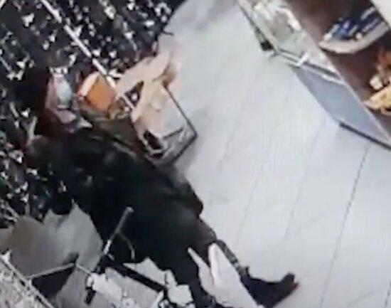 В калининградском ТЦ из витрины украли три пары Apple Watch (видео) - Новости Калининграда   Изображение: кадр из видео