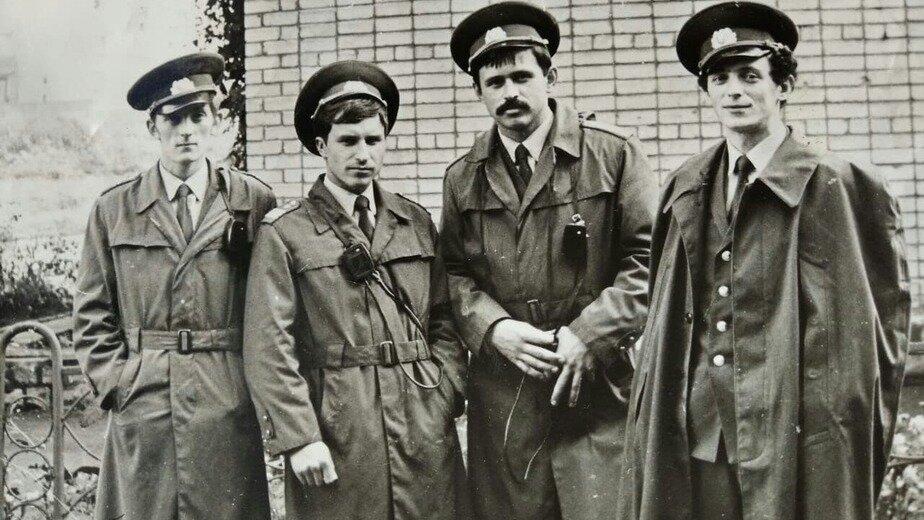Сотрудники патрульно-постовой службы Ленинградского райотдела милиции перед выходом на патрулирование. Крайний справа — сержант Геннадий Мялик. 1970-е годы | Фото: личный архив