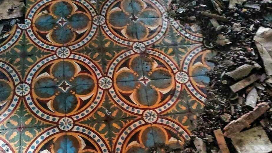 На фото: старинная напольная плитка в усадьбе в посëлке Красный Яр    Фото предоставила Элина Дёмина