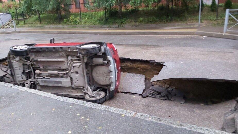 Владелица машины, провалившейся в яму на Тенистой аллее, пытается отсудить компенсацию  - Новости Калининграда | Фото: водитель