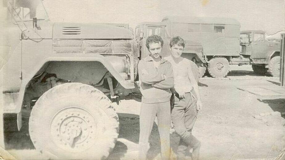 Леонид Бронфен (слева) в расположении ремонтного батальона. Афганистан | Фото: личный архив