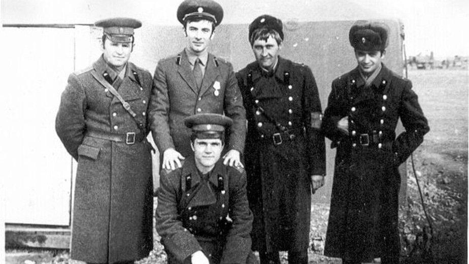 Группа советских офицеров в Афганистане. Лейтенант Бронфен — крайний справа. Зима 1979 года | Фото: личный архив