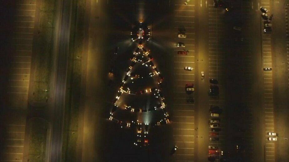 Калининградские автомобилисты выстроили из машин новогоднюю ёлку (видео) - Новости Калининграда