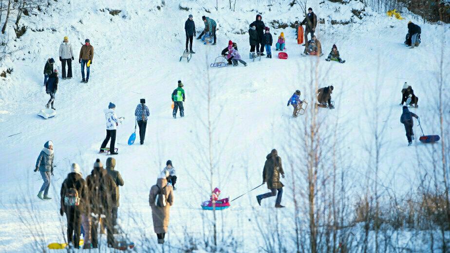 Калининградцы катаются на горке в конце улицы Невского - Новости Калининграда | Фото: Александр Подгорчук
