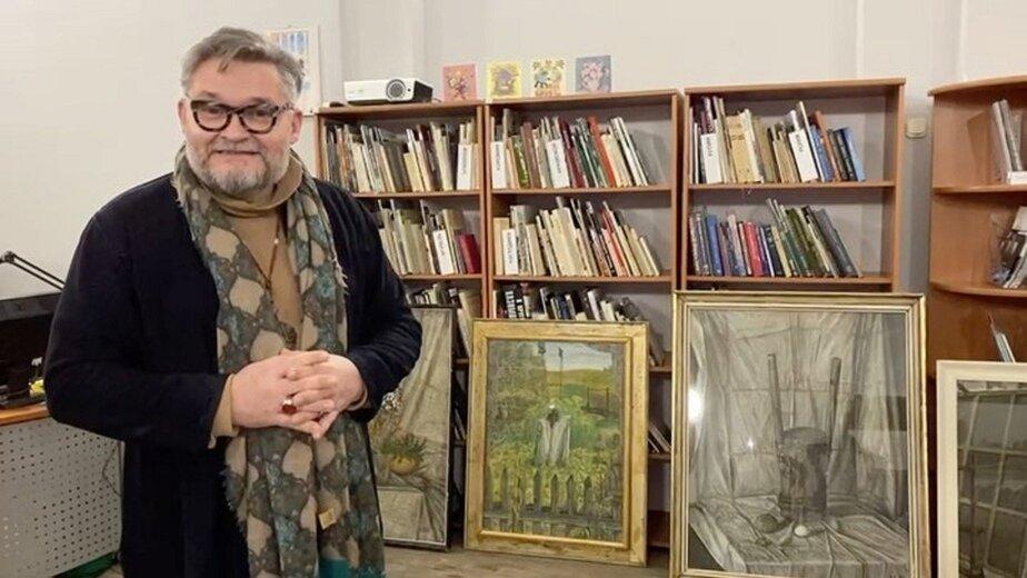 Историк моды с картинами отца | Фото предоставил Александр Васильев