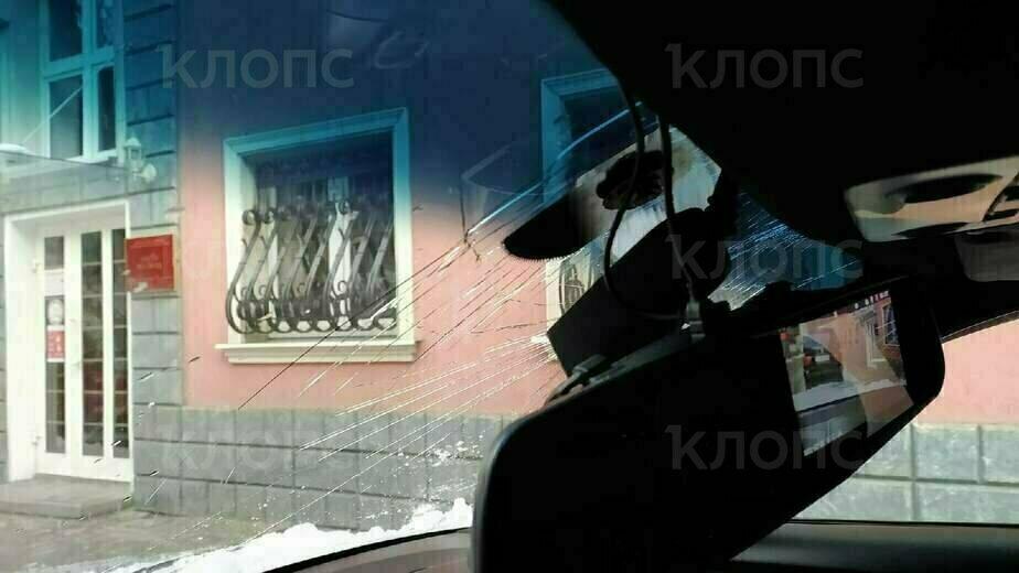Разбитое стекло и крыша: в Калининграде на BMW упали сосульки со снежным комом (фото) - Новости Калининграда | Фото: очевидец