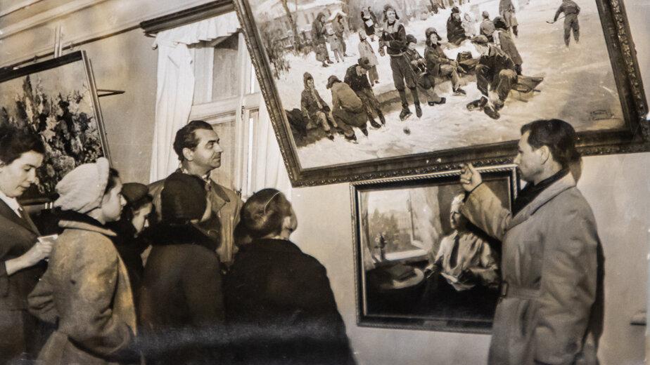 На художественной выставке    Фото из семейного  альбома Николая Корякина, одного из первых калининградских художников