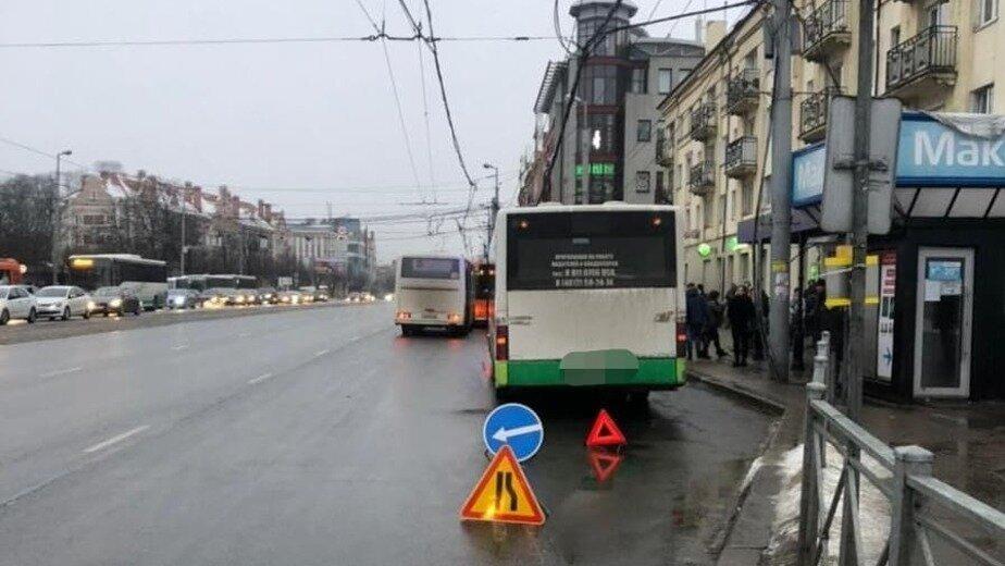 На Ленинском проспекте произошла авария с пассажирским автобусом - Новости Калининграда | Фото: Госавтоинспекция Калининградской области