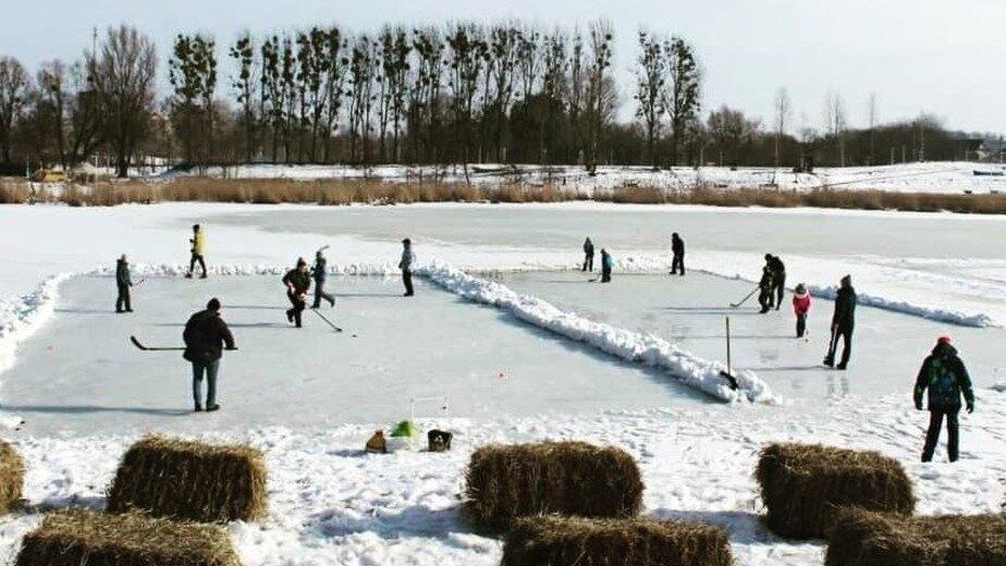 На замёрзшем озере в Багратионовске сыграли в хоккей - Новости Калининграда | Фото: министерство спорта Калининградской области / Instagram