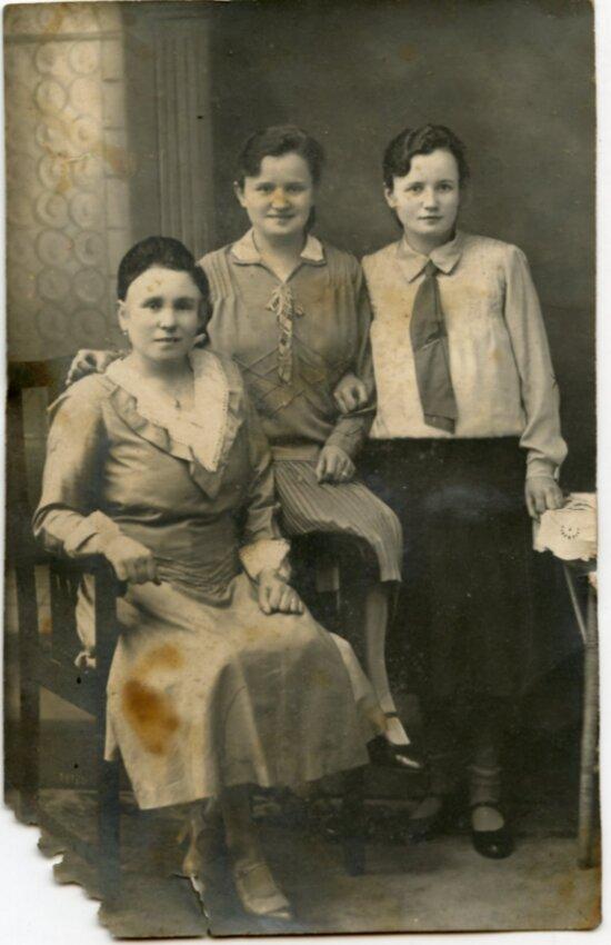 """Фотография из пакета, найденного под черепичной крышей старого немецкого дома. Возможно, одна из двух молодых женщин на снимке - Лиза.   Фото: Александр Подгорчук / """"Клопс"""""""