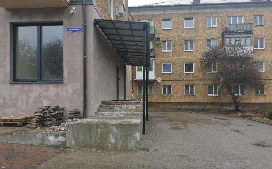 Рампа магазина, где проститутки спасаются от дождей и снега   Фото: Святослав Гараджа