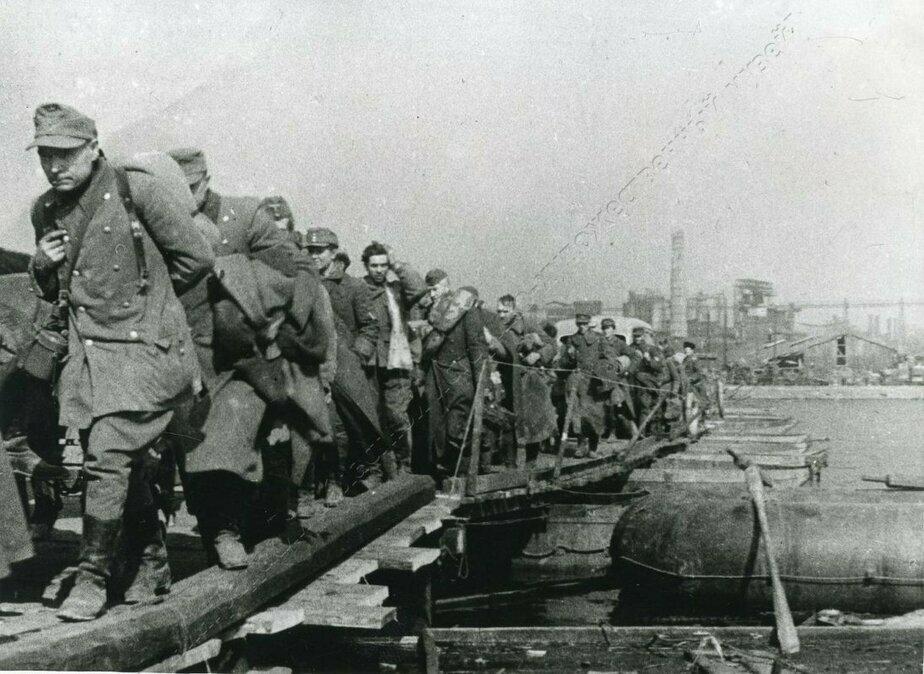 Немецкие военнопленные на переправе через Прегель | Фото: Калининградский областной историко-художественный музей