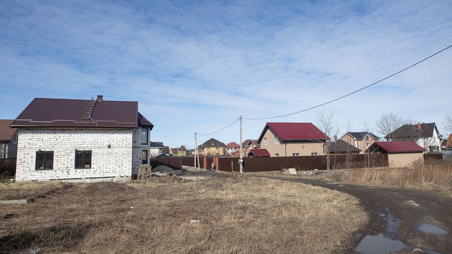 "На фото: слева дом, который ремонтируют по ночам | Фото: Александр Подгорчук / ""Клопс"""